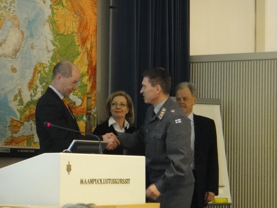 Ja tässä se 201. Maanpuolustuskurssi jatkuu.... Tänään mm. aiheina eduskunta vierailunkin muodossa, mutta myös kurssin järjestäytyminen ja luennot puolustusvoimista.
