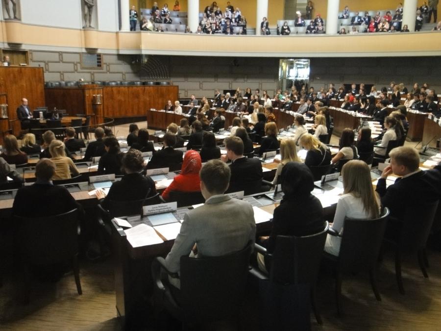Sali täynnä yläkoululaisia Nuorisoparlamenttiläisiä ympäri Suomen ja erittäin mielenkiintoinen kyselytunti. Tekivät kiperiä kysymyksiä oikean hallituksemme ministereille. Voisi sanoa, että parempia kuin oppositio normaalisti kyselytunnilla.