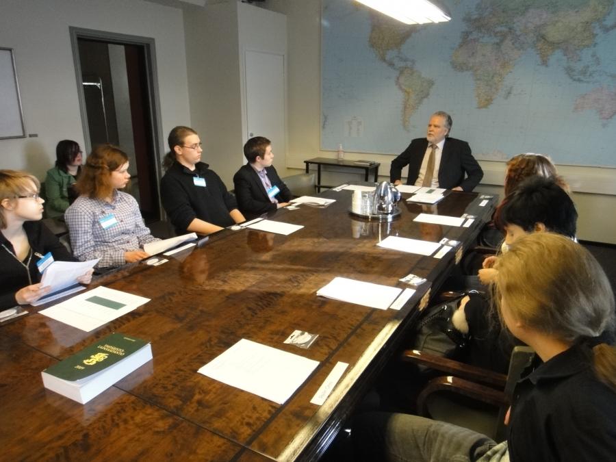 Ja ennen kyselytuntia nuoret tutustuivat myös valiokuntatyöhön. Meidän ympäristövaliokunnan työtä esittelemässä puheenjohtajamme Martti Korhonen.