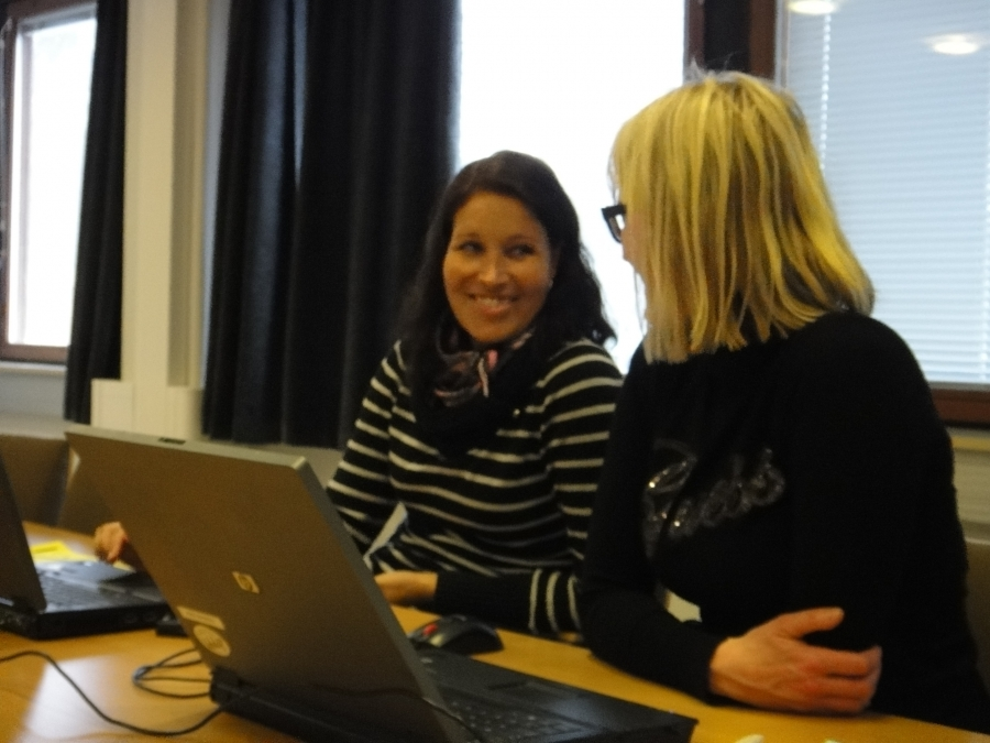 Kunnanhallituksen varapuheenjohtaja Saija Grönholm ja Lopen Kokoomuksen valtuustoryhmän puheenjohtaja, kunnanhallituksen jäsen Eeva Pyhälammi ryhmäkokouksessa.