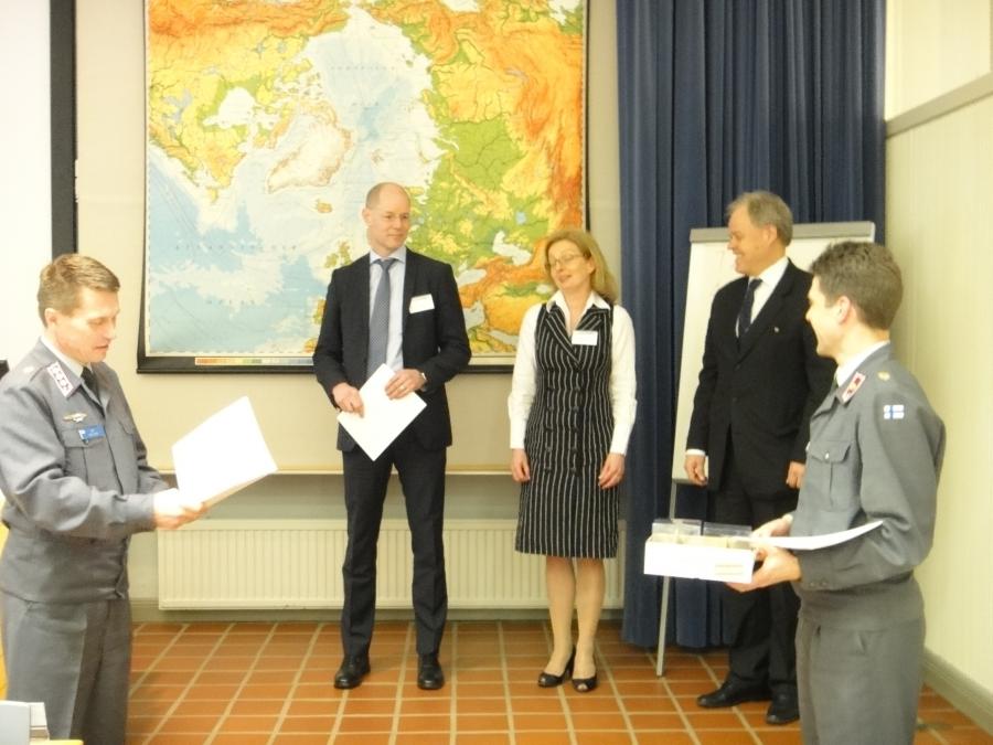 Maanpuolustuskurssi 201. päätökseen tänään. Tässä kurssin johtajat  eversti Kim Mattson ja majuri Tatu Mikkola kiittämässä kurssin luottamushenkilöjohtoa.