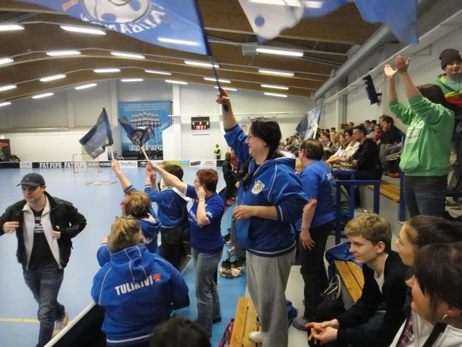 Ja Satu Matilainen lipun kanssa tunnelmaa nostattamassa. Ja katsokaa kuinka stadilaiset poistuvat hallista jo ennen pelin loppua :)