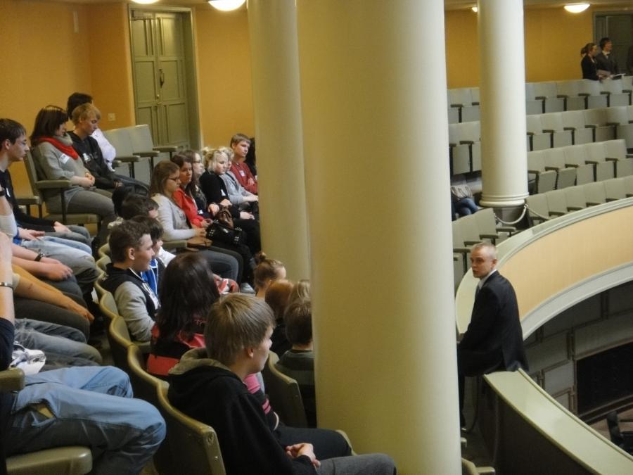 Lopen Lukion 1. ja 2. vuosikurssin opiskelijat olivat tänään vierainani eduskunnassa. Muutama kuva lehtereiltä.