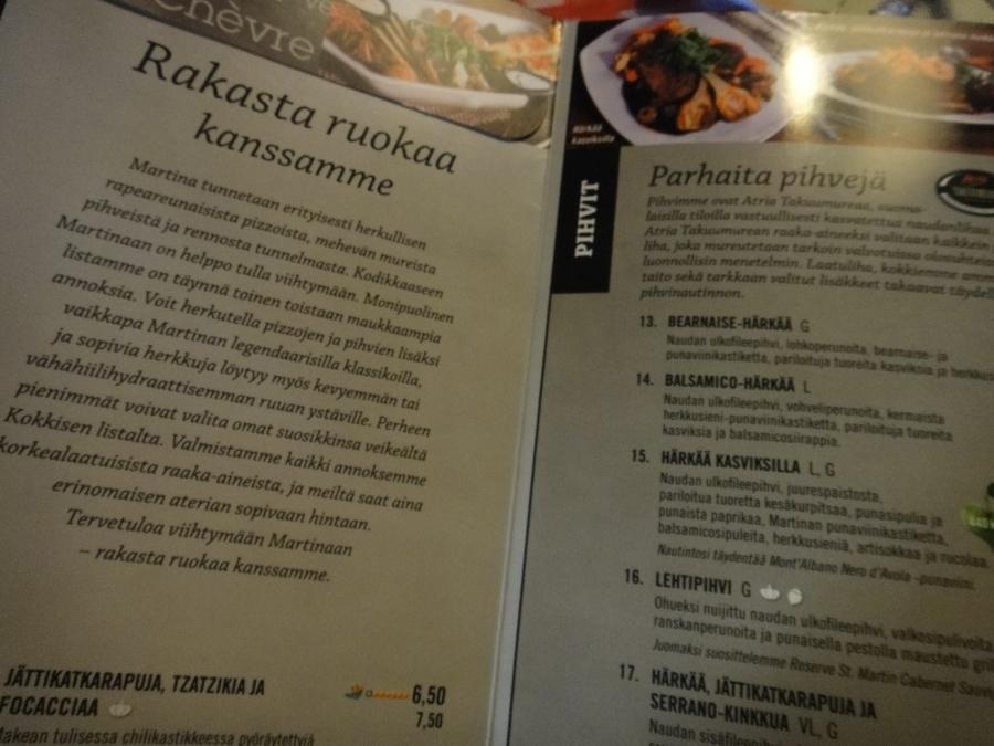 Tässä minusta hyvä ja esimerkillinen ruokalista. Ravintola on Martina Riihimäellä ja ruokalistassa kerrotaan ilman kyselyjä ja tutkimisia selkeästi, että liha on suomalaista. Allaolevassa kuvassa näkyy tuo teksti paremmin.