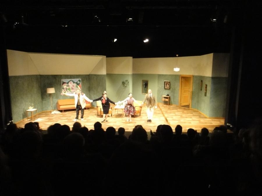 Illalla tänään Riihimäen Teatterissa ensi-illassa katsomassa Mika Waltarin Myöhästynyttä hääyötä. Erinomaiset näyttelijäsuoritukset ja hyvä ohjauskin. Ei vain aivan sitä