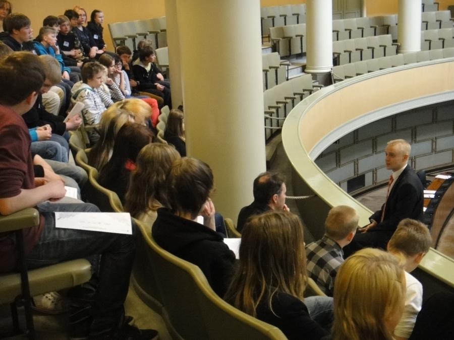 Tänään aamulla viitisenkymmentä ysiluokkalaista vieraana Riihimäen Karan koulusta.