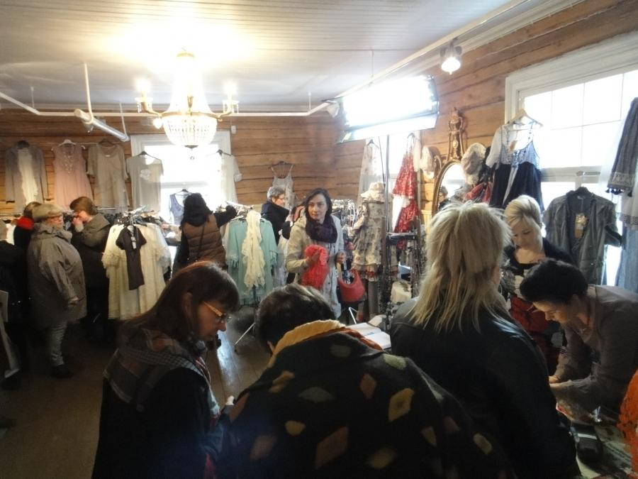 Ja Kartanoputiikissa riitti väkeä muotinäytösten välissä ja kauppa kävi. Oli mukava kuulla kuinka moni oli löytänyt tämän paikan tapahtumamme kautta ja ei kuulemma jää viimeiseksi visiitiksi. Naisten unelmapaikka :)