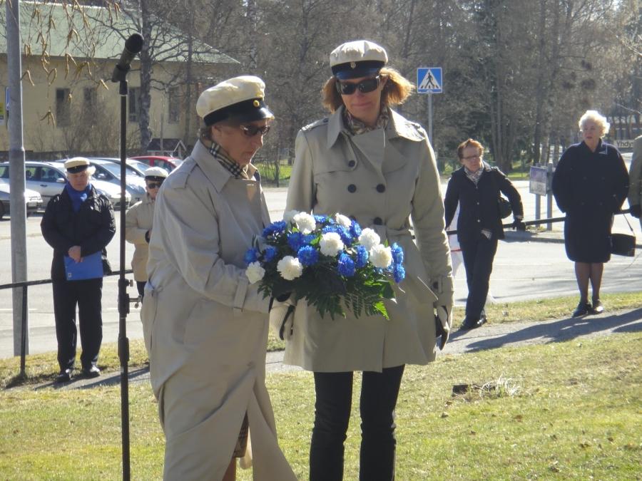 Yrjö-Koskisen suvun edustajat laskivat kukat senaattori Yrjö Sakari Yrjö-Koskisen patsaalle.