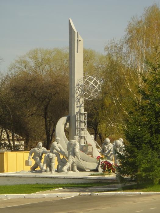 Ja palomiesten muistomerkki suljetulla alueella.