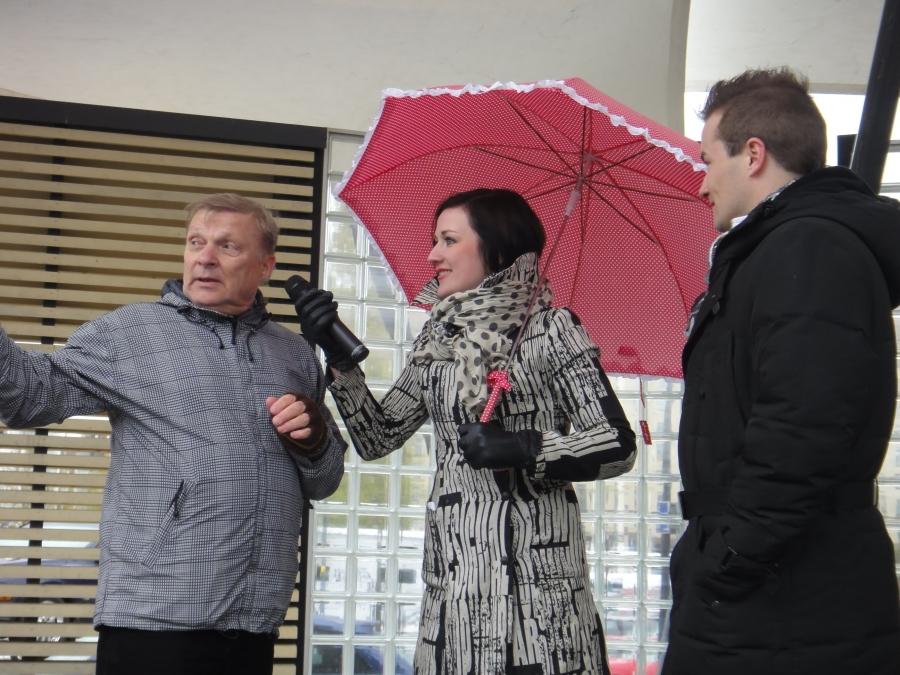 Riihimäen Yrittäjät järjestivät tänään perinteisen Äitienpäivälauantain tapahtumansa Graniitin aukiolla. Yrittäjien puheenjohtaja Juha Tikander Heidi Musakan ja Jukka Kurosen haastateltavana.