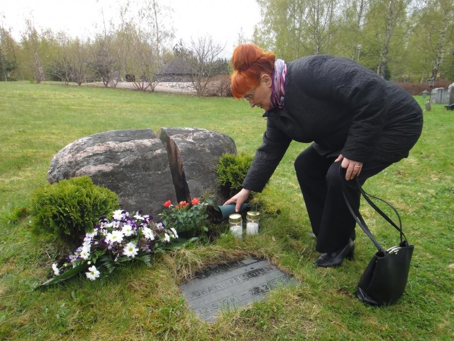 Päivä jatkui sitten Lopella Juhani Peltosen kirjallisuustapahtumalla. Ensin laskimme kukat Jussin hautamuistomerkille hänen syntymäpäivänsä kunniaksi. Itse vielä laitoin kiven juureen kaksi kynttilää. Toisen Jussille ja toisen hetki sitten kuolleelle Jussin ystävälle ja seuramme pitkäaikaiselle hallituksen jäsenelle Kimmo Kaivannolle. Tässä Jussin leski, Tuula Nurmi, antamassa vettä ruusuille.