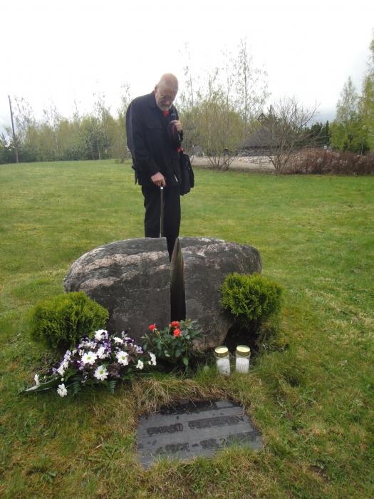 Jussin ystävä Antti Seppä haudalla...