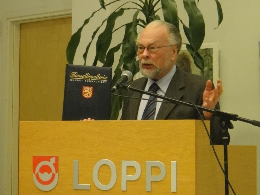 ...ja pääpuheenvuoron pitänyt tohtori Anto Leikola, joka pohti puheessaan suomalaisia merkkihenkilöitä ja heidän 250:een rajaamisen tuskallista tehtävää.