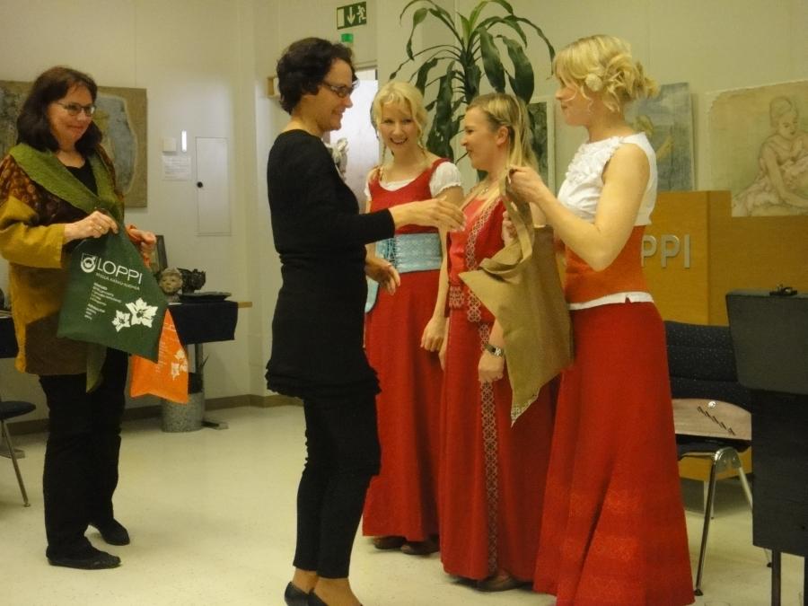 Lopen kunnanjohtaja Karoliina Viitanen ja Erja Karvinen kiittivät Värttinän tyttöjä upeasta esityksestä.