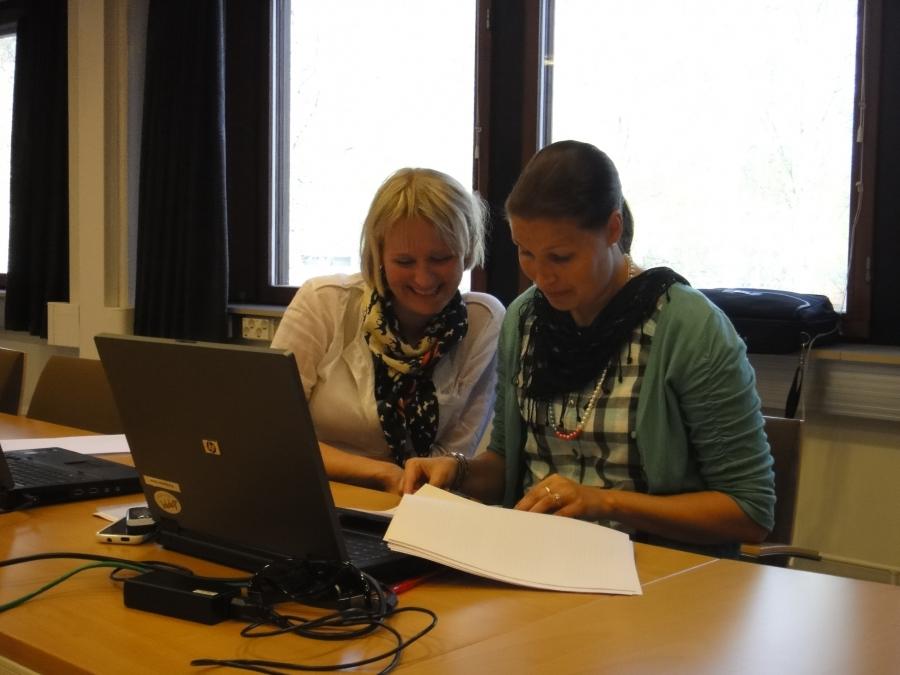 Saija Grönholm ja Eeva Pyhälammi Lopen kunnanhallituksen kokouksessa 14.5.2012.