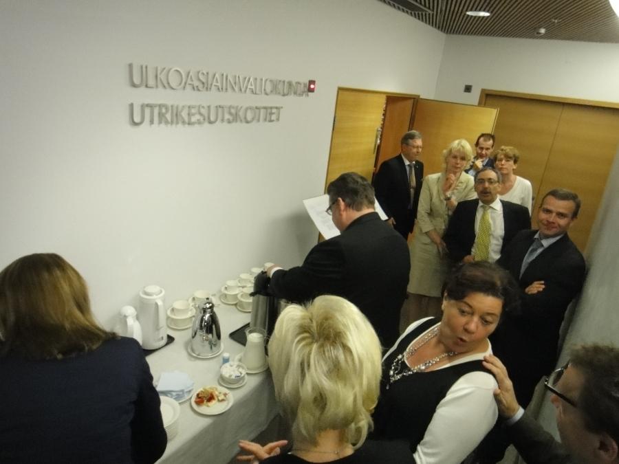 Ulkoasiainvaliokunnan kokous alkoi tänään puheenjohtajamme Timo Soinin 50-vuotiskahveilla ja onnittelulauluin.