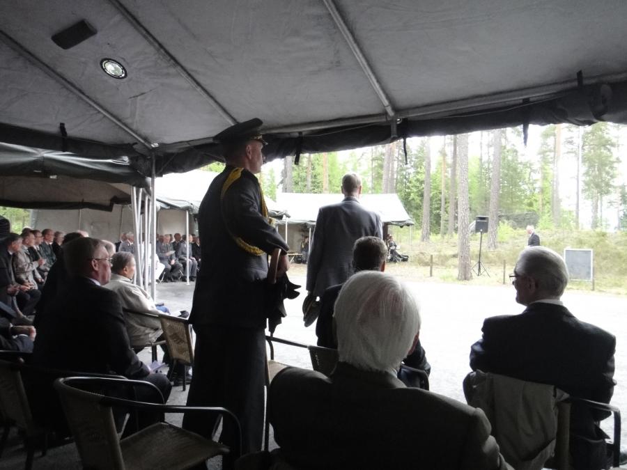 Presidentin adjutantti sai komennon auttaa sateeseen joutunutta puhemies Heinäluomaa.