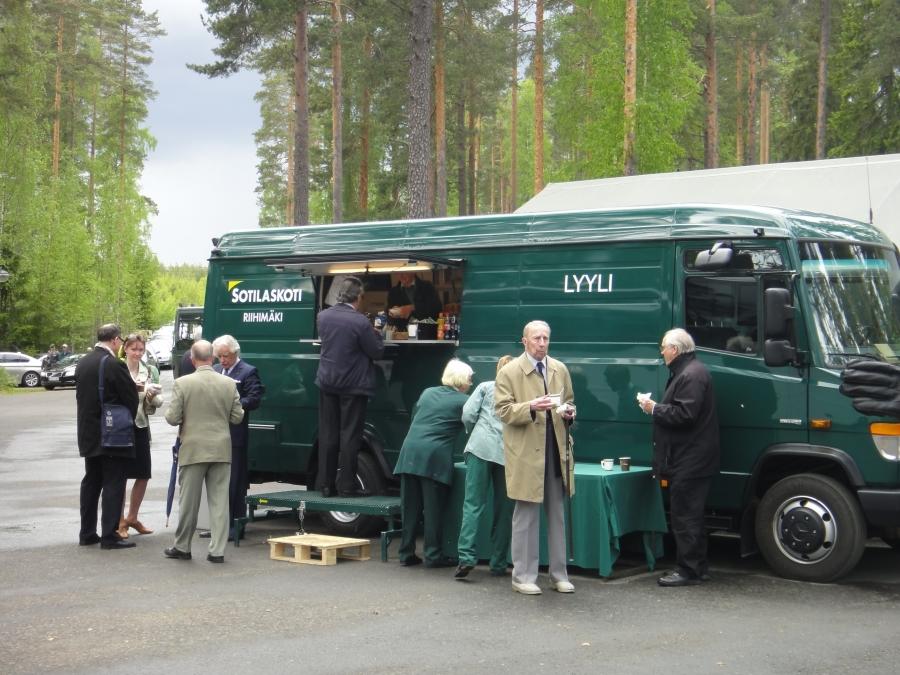 Ja ennen juhlaa väkeä palveli tottakai aito Riihimäen Sotilaskodin Lyyli.