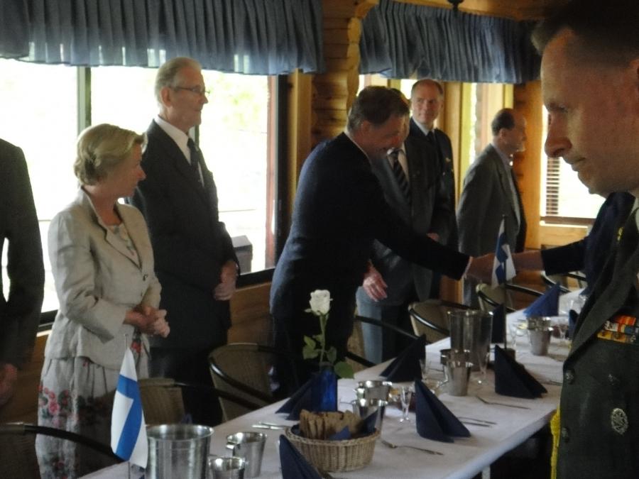 Ja itse juhlakenttäateria nautittiin kahdessa kutsuvieraspöydässämme paviljongissa Tasavallan presidentin ja puhemiehen pöydissä.