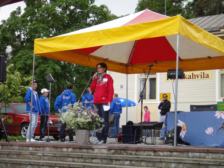 Lopen kesän avaus 9.6.2012 Lopen torilla - Tavataan torilla -tapahtumassa. Ja mukana tottakai LFT:n Suomenmestarit! Tässä tapahtumaa avaamassa kunnanjohtajamme Karoliina Viitanen.