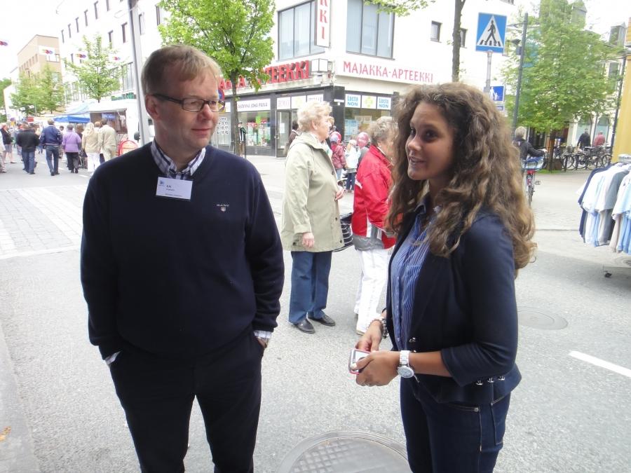 Riihimäen kaupunginhallituksen puheenjohtaja Kai Heimonen jututtamassa tuoretta kokoomuksen kunnallisvaaliehdokasta Derya Özgünia.