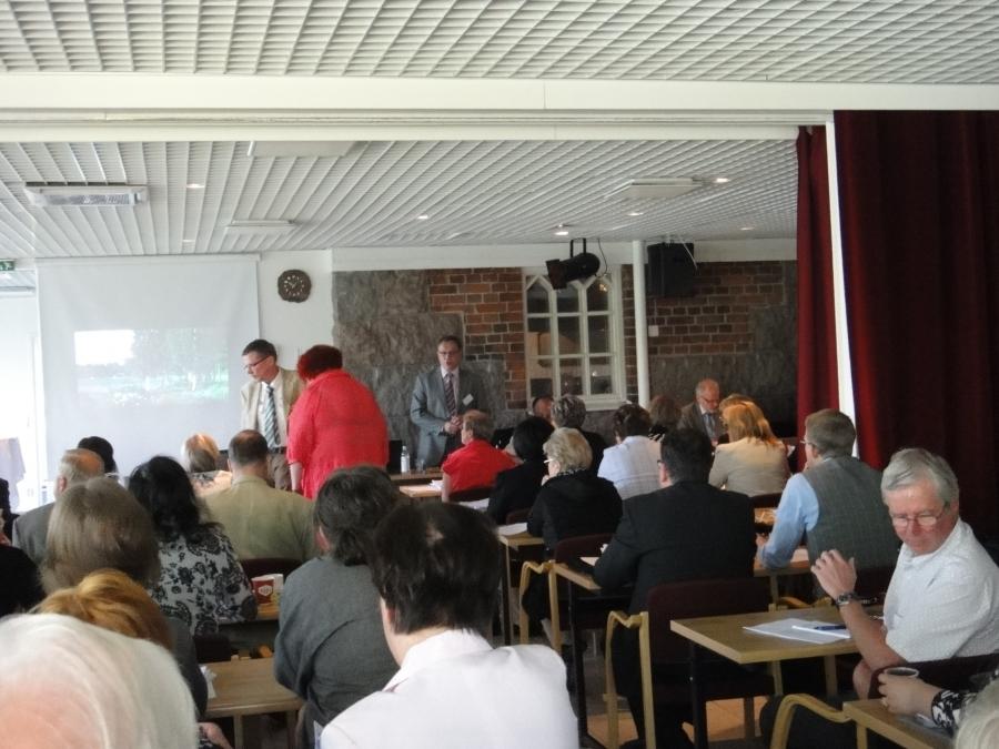 http://www.timoheinonen.fi: Hämeen maakuntavaltuusto kokoontui tänään 11.6.2012 kesäkokoukseensa Tervakosken Tervaniemeen. Kokousta avaamassa valtuuston puheenjohtaja Timo Saviniemi.