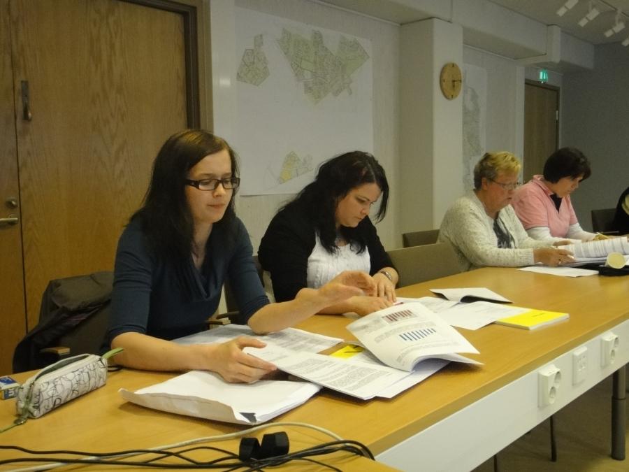 Ja sitten ilta Lopen kunnan asioiden parissa. Tässä koolla Lopen Kokoomuksen valtuustoryhmä ja tämän jälkeen sitten kunnanhallitus ja sen perään vielä kunnanvaltuuston tilinpäätöskokous. Kuvassa vasemmalta Tiina Seppälä, Anniina Nummelin, Sirpa Hopearuoho ja Karoliina Saari.