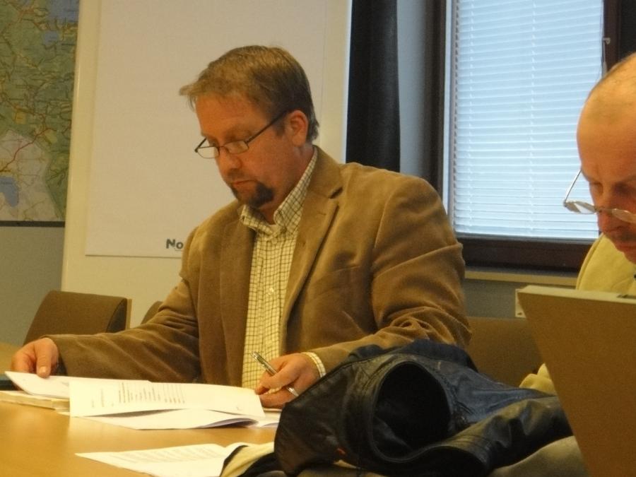 Jarmo Laukkanen, joka on myös Lopen Yrittäjien puheenjohtaja ja kuvassa oikealla näkyy hieman myös Kari Maunula.