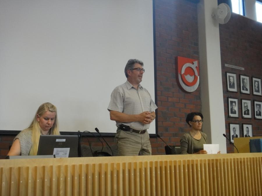 Ja sitten illan pääkokous eli Lopen kunnanvaltuusto. Kokouksen avasi valtuustonpuheenjohtaja Seppo Kuparinen, jonka kanssa on ollut erittäin mukana ja antoisa tehdä työtä. Yhteistyö on pelannut mitä parhaiten ja asiat ovat edenneet hyvin. Ja se näkyi tänäänkin valtuustossa kun tilinpäätöskokous oli noin tunnissa hoidettu ja samalla myös isona asianan sivistyspuolen hallinnon uudistaminen ja paljon muuta. Kiitokset siis Sepolle ja myös kuvassa oikealla olevalle kunnanjohtajallemme Karoliina Viitaselle ja vasemmalla olevalle hallintopäällikkö Katja Väistölle.