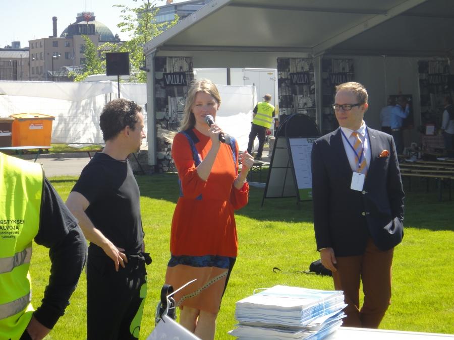 Kansanedustaja kollegani Lasse Männistö (oik) avasi tapahtuman. Ja vasemmalla tapahtuman isä Barry Macnamara.
