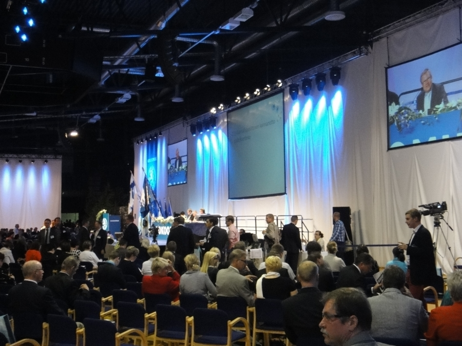 Tästä se päivä alkoi. Ensin puoluevaltuuston puheenjohtajavaali jossa jatkokauden sai Laura Räty.