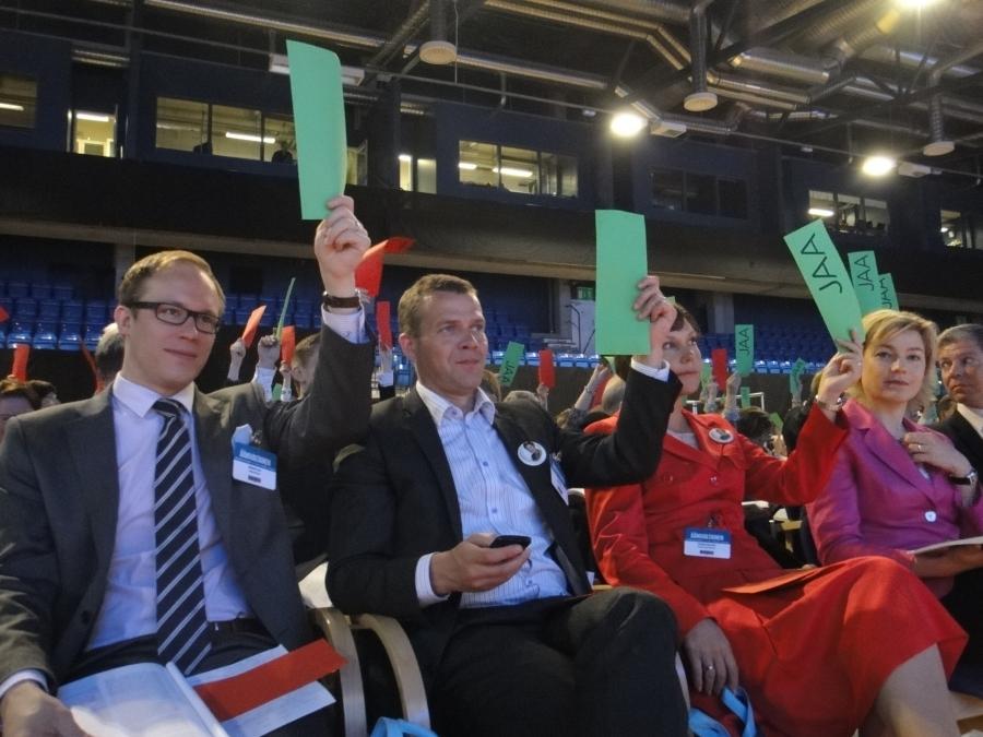 Ja tässä vasemmalla lisäksi Lasse Männistö ja vihreää ylös.
