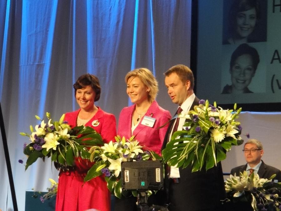 Ja tässä varapuheenjohtajistomme eli keskellä Henna Virkkunen ja vierellään Anne-Mari Virolainen ja Janne Sankelo.
