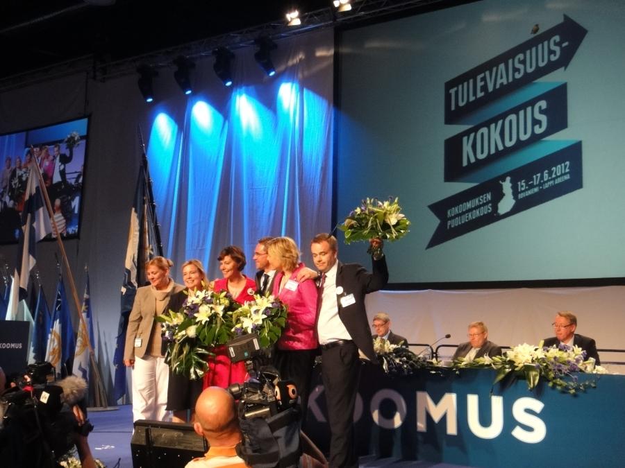 Ja tässä sitten mukana myös puheenjohtajamme Jyrki Katainen, valtuuston puheenjohtaja Laura Räty ja puoluesihteerimme Taru Tujunen. Suomen kovin joukkueenjohto.