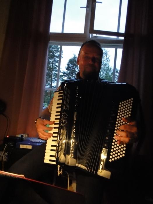 Ja itse harmonikkavirtuoosi Tapio Rannanmaa työntouhussa.... Taiteilija jonka soittoa on aina ilo kuunnella ja elävää soittamista katsellakin.