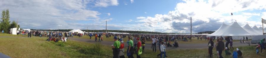 Loppi saa tänä viikonloppuna noin 70 000 uutta asukasta, kun Suviseurat rantautuivat Lopen Räyskälään. Tänään sain itse tutustua tapahtuman järjestelyihin jo ennen huomisia virallisia avajaisia. Paikalla