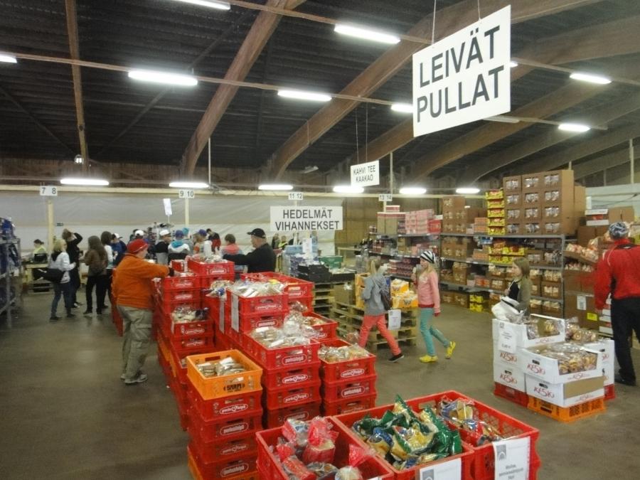 Ja tässä Suviseurojen oma kauppa missä oli kaikkea mahdollista tarjolla ruuasta aina lastenvaunuihin ja kumisaappaisiin.