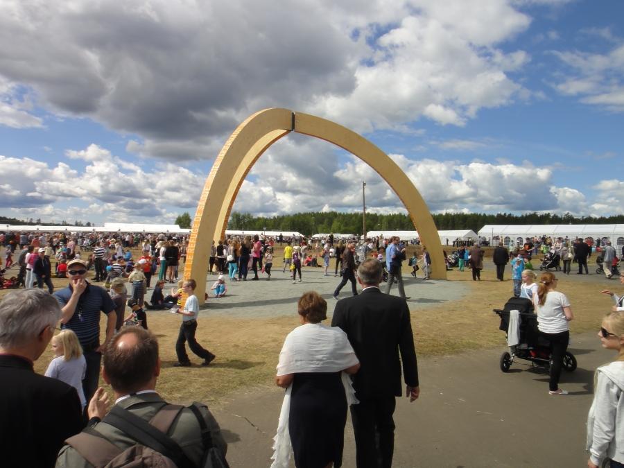 Suviseurojen juhlaportti oli upea katseenvangitsija keskellä Räyskälän kenttää ja kymmeniätuhansia seuralaisia.