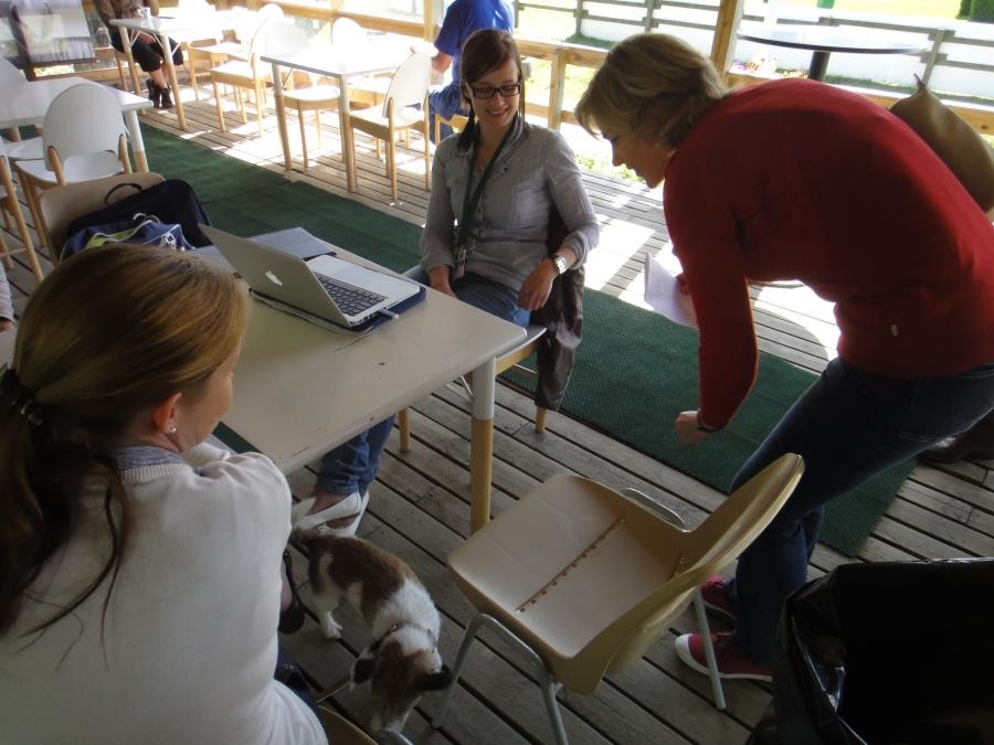 Ex-eduskunta-avustajani Tiina Seppälä uurastaa tämän kesän Ypäjän Hevosopistolla. Tässä Tintti kilpailun toisen puuhahenkilön ja Henna kanssa.