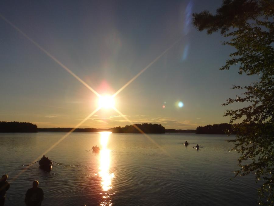 Ja ilta meni hetkessä ja aurinko painui alas ja veneet lipuivat kohti kotilaitureitaan...