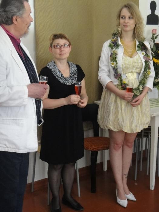 Tänään vapaapäivänä sain osallistua yhden entisen oppilaani Tiia Mustosen taidenäyttelyn avajaisiin Lopen Sajaniemen Taidemäellä. Kuvassa vasemmalle maalausta Tiialle opettanut taiteilija Mikael Vesper ja Taidemäen pyörittäjä Anne Malin.