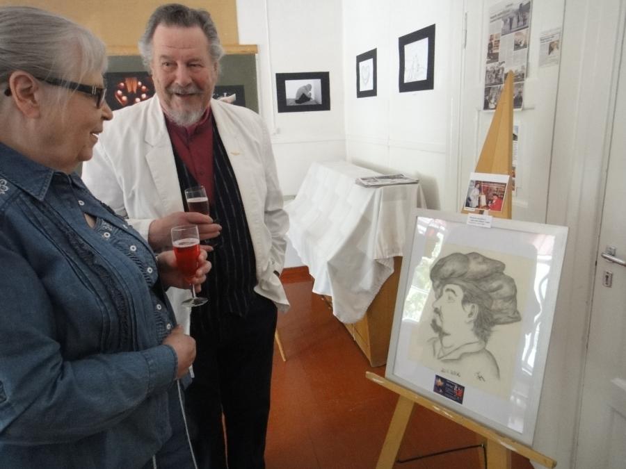 Mikael Vesper ihailemassa Tiian hänestä tekemää muotokuvaa yhdessä Terttu Pietilän kanssa.