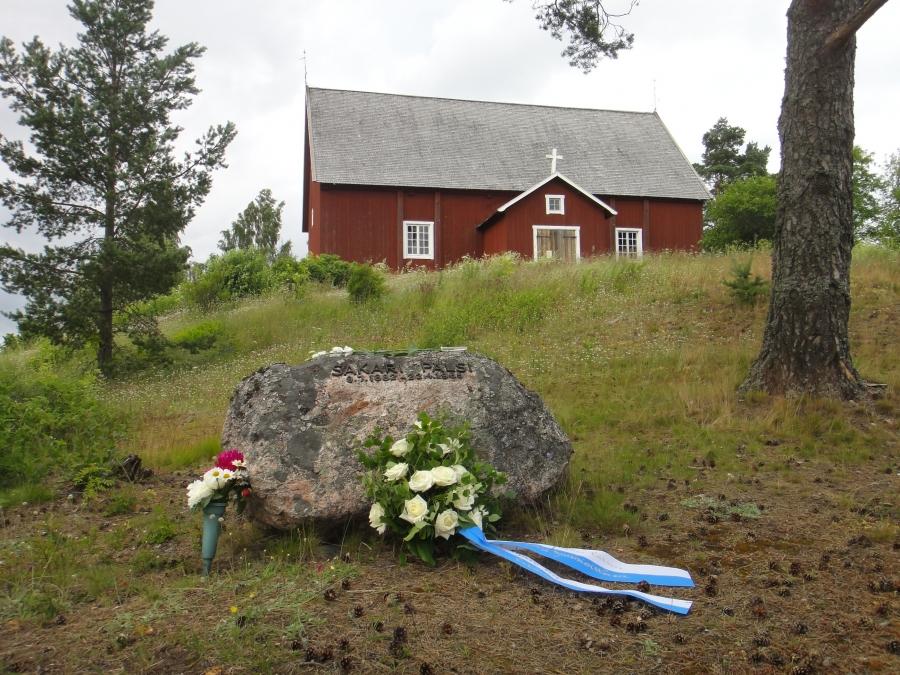 Tänään 9.7.2012 tuli kuluneeksi 130 vuotta professori Sakari Pälsin syntymästä. Sen kunniaksi ja hänen valtavan elämäntyön kunniaksi perustimme tänään uuden seuran; Sakari Pälsi seuran. Ennen perustamiskokousta laskimme kukat kirjailijan ja tutkimusmatkailijan haudalle Lopen Vanhankirkon mäelle.