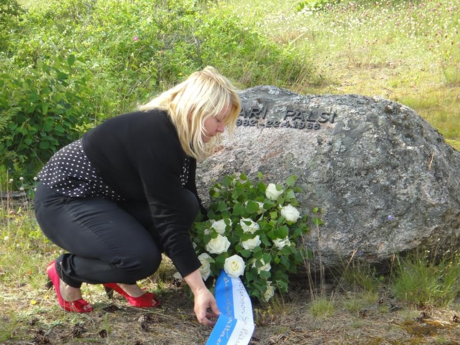 Ulla Moilanen laski Pälsin toiveen mukaan haudalle valkoisia ruusuja ja koivunoksia.