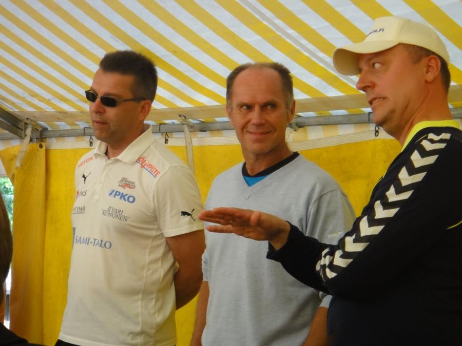Ja pelinjohtajat ennen matsia haastattelussa. Tahkon valmentajan Pasi Virtasen ilme kertoo, että jännää on tulossa :)