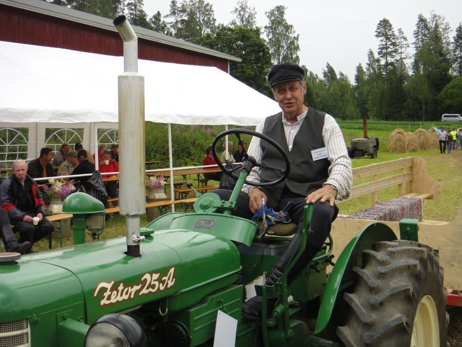 Suuri Traktoritapahtuma oli tämän viikonlopun vetonaula Lopella. Tässä valtavan traktorikokoelman omistaja Simo Lehtonen Zetorin puikoissa. Upea ja täysin erilainen tapahtuma ja väkeä tämä kiinnosti.