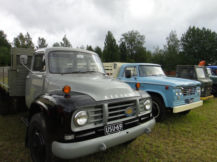 Ja tottakai traktorit kaipasivat seurakseen myös vanhoja kuorma-autoja. Kuorkkeja tapahtumaan olivat tuoneet monet eri vanhojen autojen harrastajat.