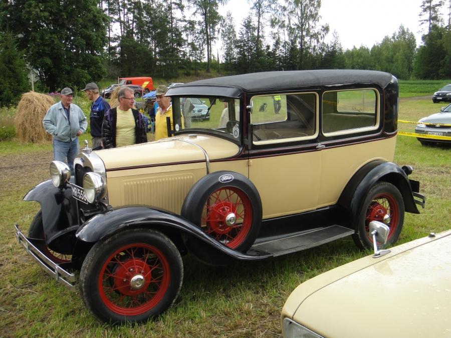 Ja tottakai myös henkilöautoja. Tässä yli 80-vuotias Lehtosen Riitan ja Simon Ford.