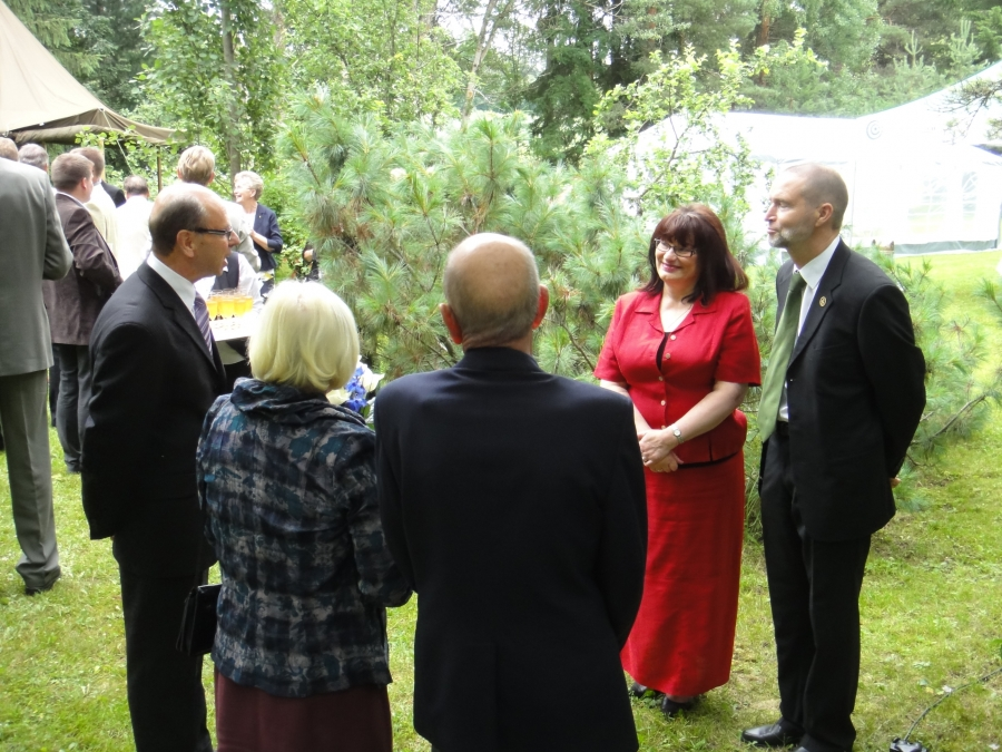 Tänään mukavat kesäjuhlat Kormussa. Loppi-mies henkeen ja vereen ja metsämieskin Antti Koskimäki täytti vuosia ja metsäpuutarha oli täynnä vieraita. Tässä onnittelemassa Lopen Sotaveteraanien edustajat ja me sitten perässä Lopen Veteraanimatrikkelitoimikunnan kanssa.