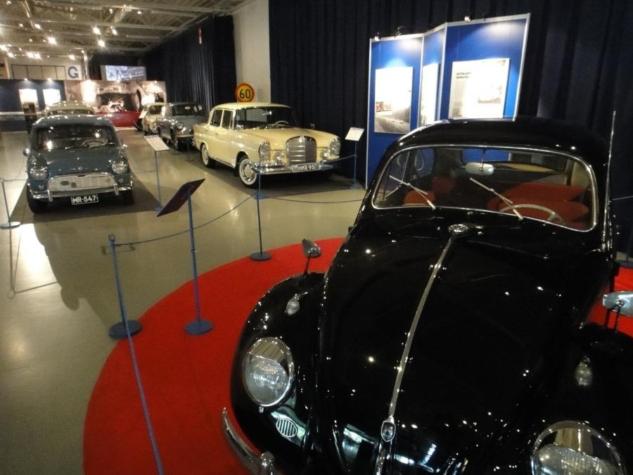 Ja hienoja vanhoja autojakin eri vuosikymmeniltä.